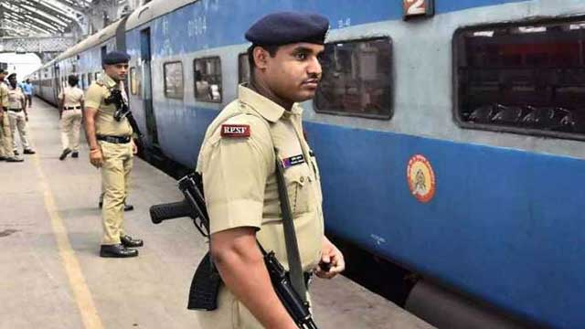 prayagraj-girl-fell-under-running-train-grp-jawans-saved-her-life